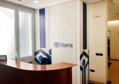 Diseño y producción decoración en vinilo para oficinas de Aliaria Gestión- Diseño gran formato