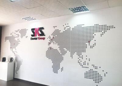 Diseño y producción decoración en vinilo y corpóreo para oficinas de SKS Dental - Diseño gran formato