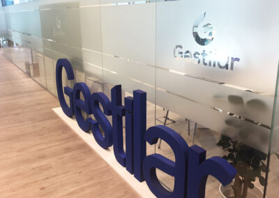 Diseño y producción corpóreo y decoración en vinilo para oficinas de Gestilar- Diseño gran formato
